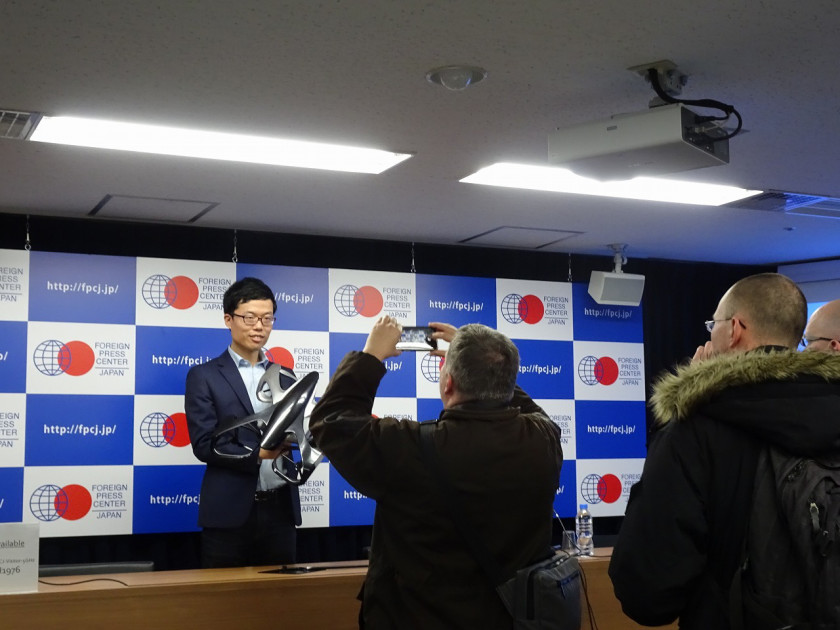 フォーリン・プレスセンターで外国人記者から取材を受ける代表取締役の福澤