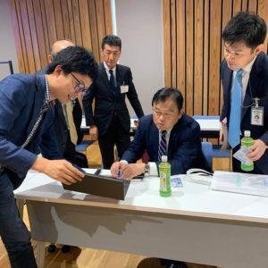 国土交通省 赤羽大臣に、空飛ぶクルマの開発進捗をプレゼンするskydrive代表 福澤